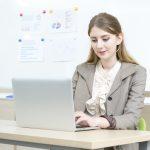 パソコンを操作する外国人女性