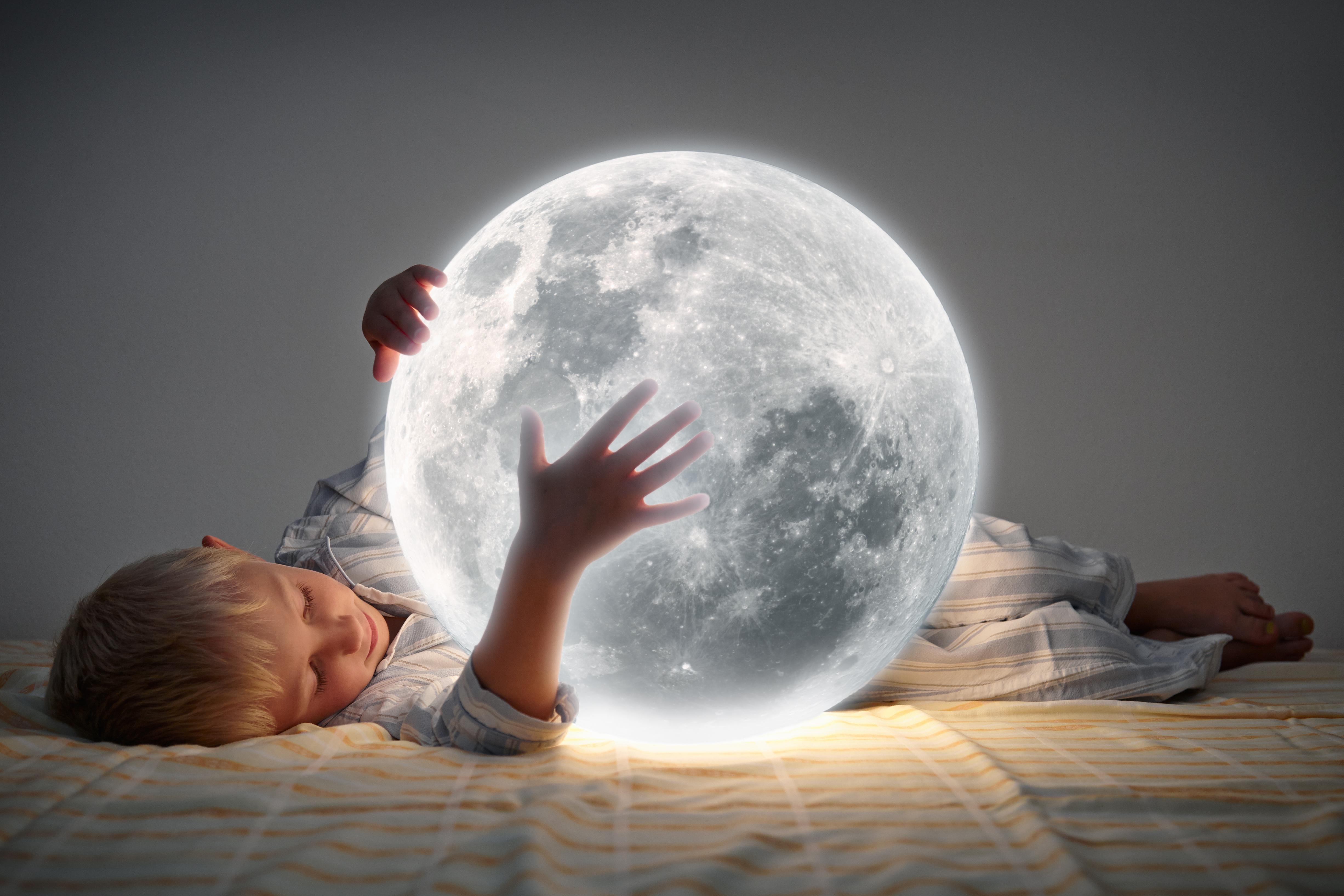 Kind mit Mond im Bett