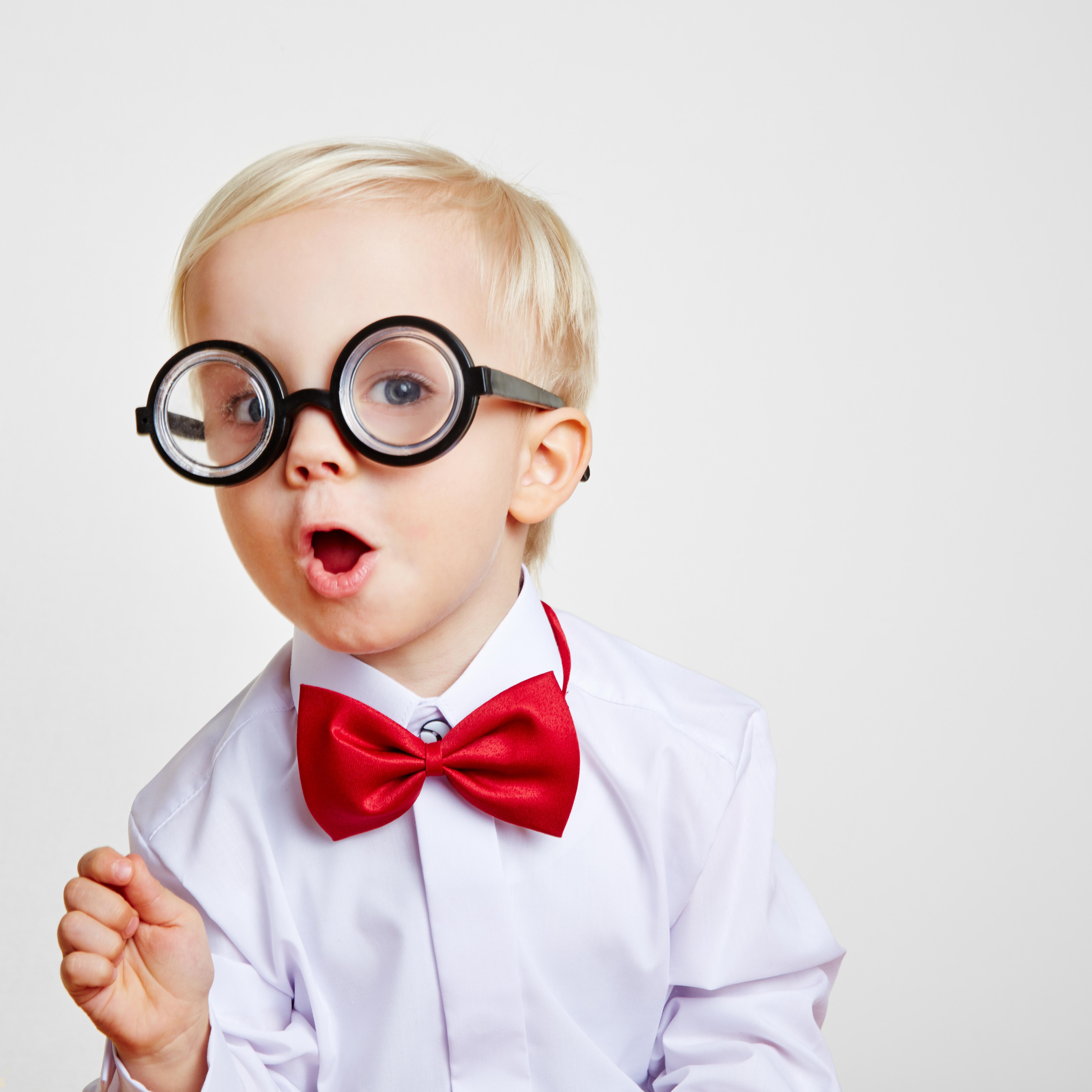 Kind mit einer roten Fliege und einer dicken Hornbrille